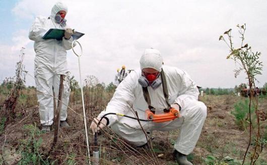 люди измеряют загрязнение почвы