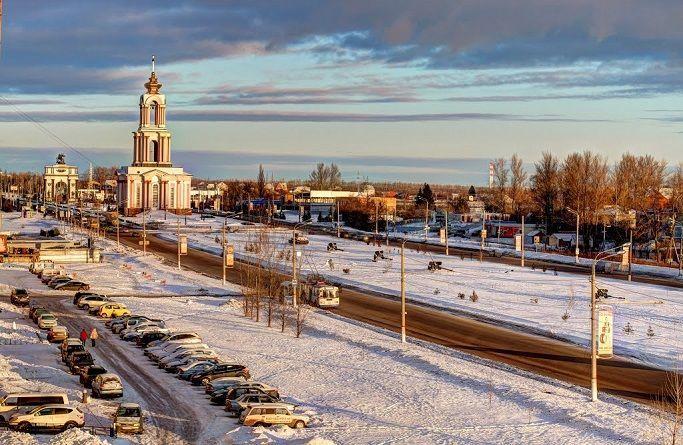 Курск и Курская область расположились на юго-западных склонах Среднерусской возвышенности на Восточно-Евпропейской равнине, что в юго-западной части Российской Федерации. Лесостепная природная зона и множество рек создают особенности местного режима погоды. Он определён как умеренно-континентальный из-за небольшого различия температур между тёплыми и холодными частями области или западной и северной. Курскому климату характерна холодная и сухая зима, с чётко выраженными межсезонными периодами, а также тёплое и увлажнённое лето, часто с неустойчивой погодой. Открытость территорий Центральной России, куда относится и Курск, поддаётся воздействию различных воздушных масс, что и формируют климатические условия в каждом регионе. Зима устанавливается в среднем в конце ноября – начале декабря, когда средняя суточная температура стабильно показывает ниже 0°С, начинаются снегопады и появляется облачность, что говорит и посещении области осадками из Атлантики. За зимний период температура в среднем составляет -5 - -9°С, нередко опускаясь до -15°С. Воздействие же холодных ветров из севера может принести сильные морозы -20 - -25°С, но не надолго, максимально холодно в области было при -35°С. Снега в городе много, что приносит радость населению, особенно, детям, и работу коммунальным службам, его толщина может достигать 50-60 см. В целом, климат Курска зимой чаще прохладный и устойчиво морозный, однако изредка случаются и оттепели, дожди, занесённые ветрами с тёплого юго-запада. Весна приходит в Центральную часть России с середины-конца марта, тогда повышается среднесуточная температура воздуха выше 0°С и начинает активно таять снежный покров. Переходный период постепенно прогревает атмосферу, почву днём до +8°С в апреле, и +15°С в мае, но имеют место быть ночные заморозки. Начало лета в Курском климате приходится на последние числа мая, когда устанавливается стабильно выше +15°С, усиливаются осадки. Их пик приходится на июнь-июль, резко снижаясь в августе создавая более-менее у