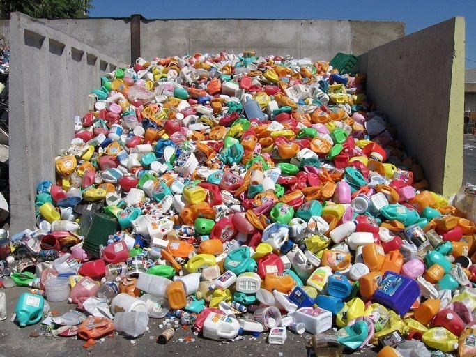 Отходы пластмассы в куче