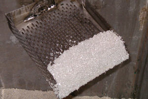 Катодом служат полоски нержавеющей стали, на которых собирается серебро.
