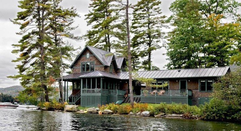 Большой деревенский дом на берегу озера с множеством разновидностей мошек и насекомых