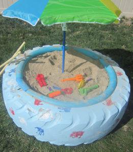 Детская песочница из покрышки с зонтом