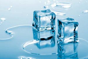Нужно приложить лед к месту укуса, чтобы убрать зуд