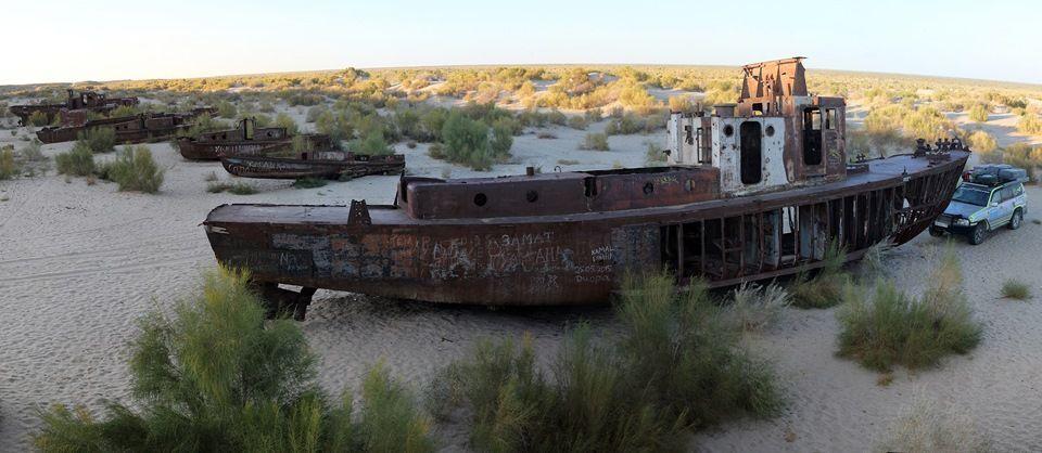 Остатки судов плавающих по морю теперь лежат в пустыне