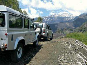 От Николози до вулкана можно добраться только на джипах, которые ждут туристов