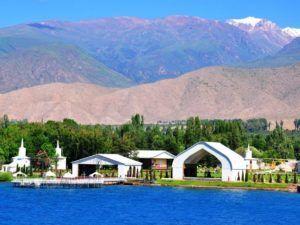 Ради отдыха на берегу озера приезжают из Европы и Азии ежегодно тысячи туристов