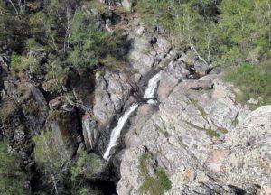 В районе водопада широко распространены различные яшмы и яшматоиды