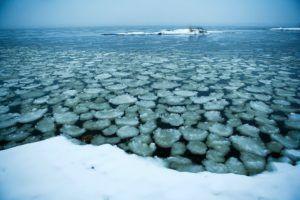 Зимой лед на озере местами очень тонкий, около 5 см