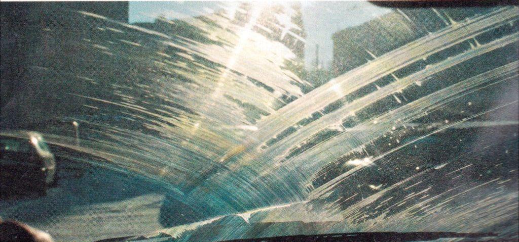 Разводы от мошек на лобовом стекле