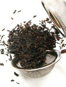 Использование чайной заварки как удобрение может привлечь мошек на растение