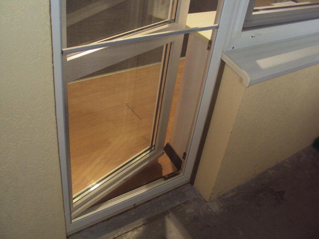 На балконную дверь также нужно ставить москитную сетку
