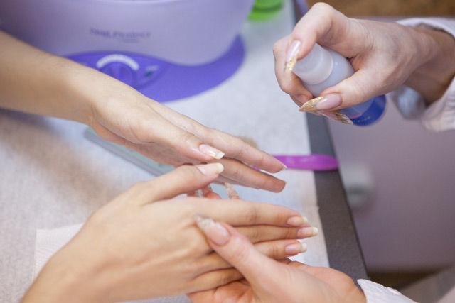Правильно распылять спрей на руки