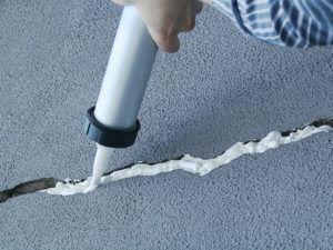 Замазка дыр и щелей в помещение не позволит тараканам проникнуть