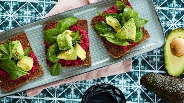 Бутерброды с хумусом из свёклы и авокадо