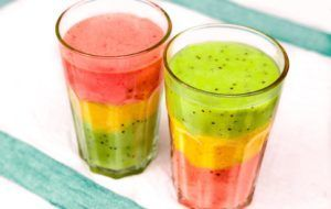 Приготовленный фруктово-ягодный напиток