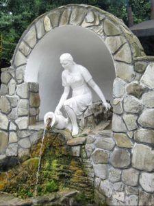 Недалеко от Геленджика на Михайловском перевале (немного не доезжая до него) есть уникальное место – родник «Наташа»