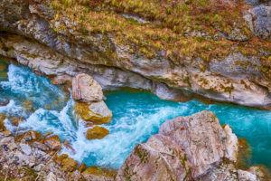 Осенью река Чегем имеет очень завораживающий вид