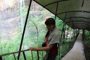При подъеме на второй ярус можно одновременно любоваться Чегемскими водопадами