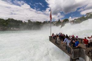 Отличный вид на Рейнский водопад наблюдается с хорошо оборудованных смотровых площадок